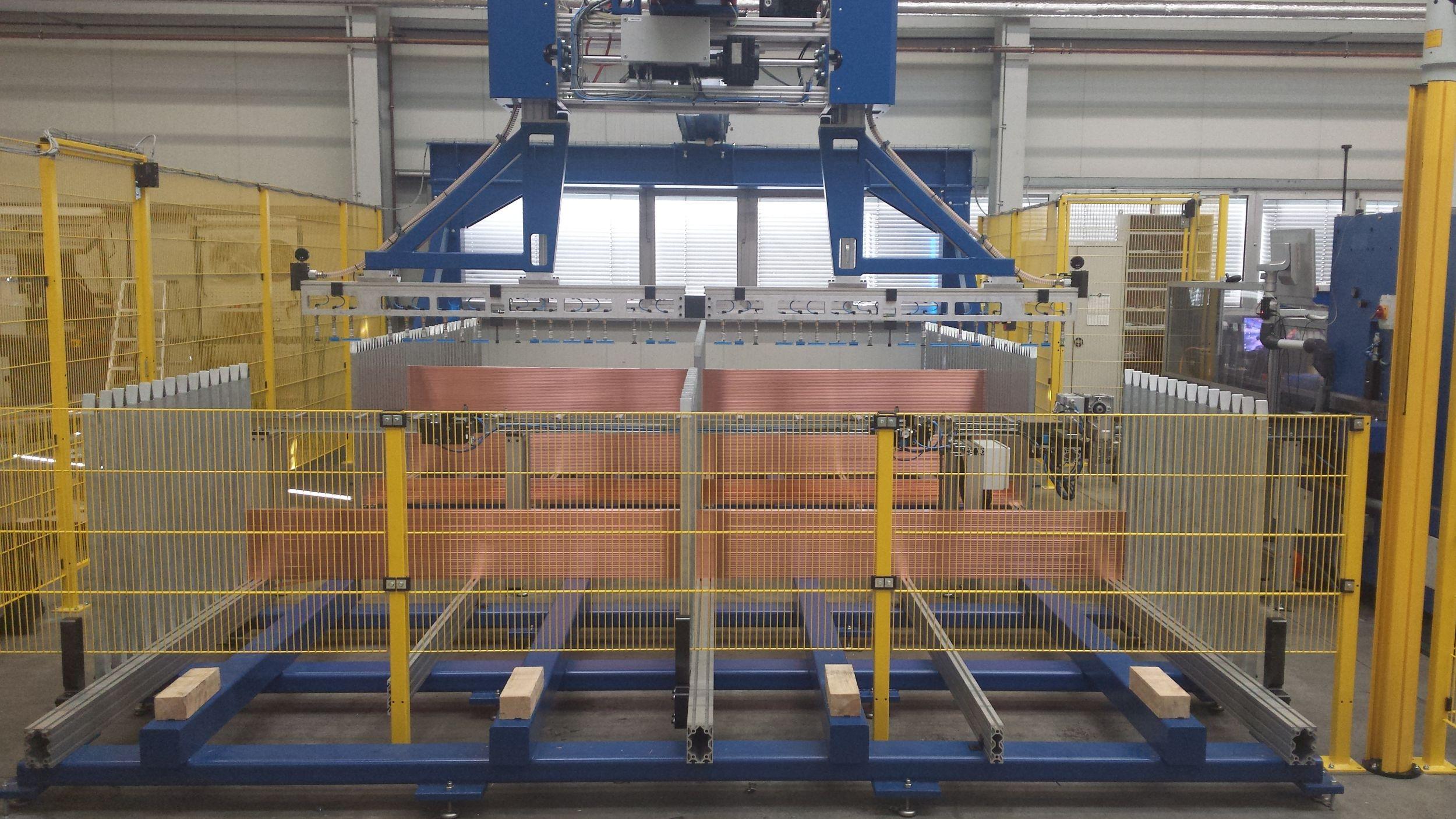 Das Gantry und die Stanzmaschine arbeiten als ein Maschinensystem zusammen und übernehmen den gesamten Arbeitsprozess vollautomatisch. (Bild: Ehrt Maschinenbau GmbH)
