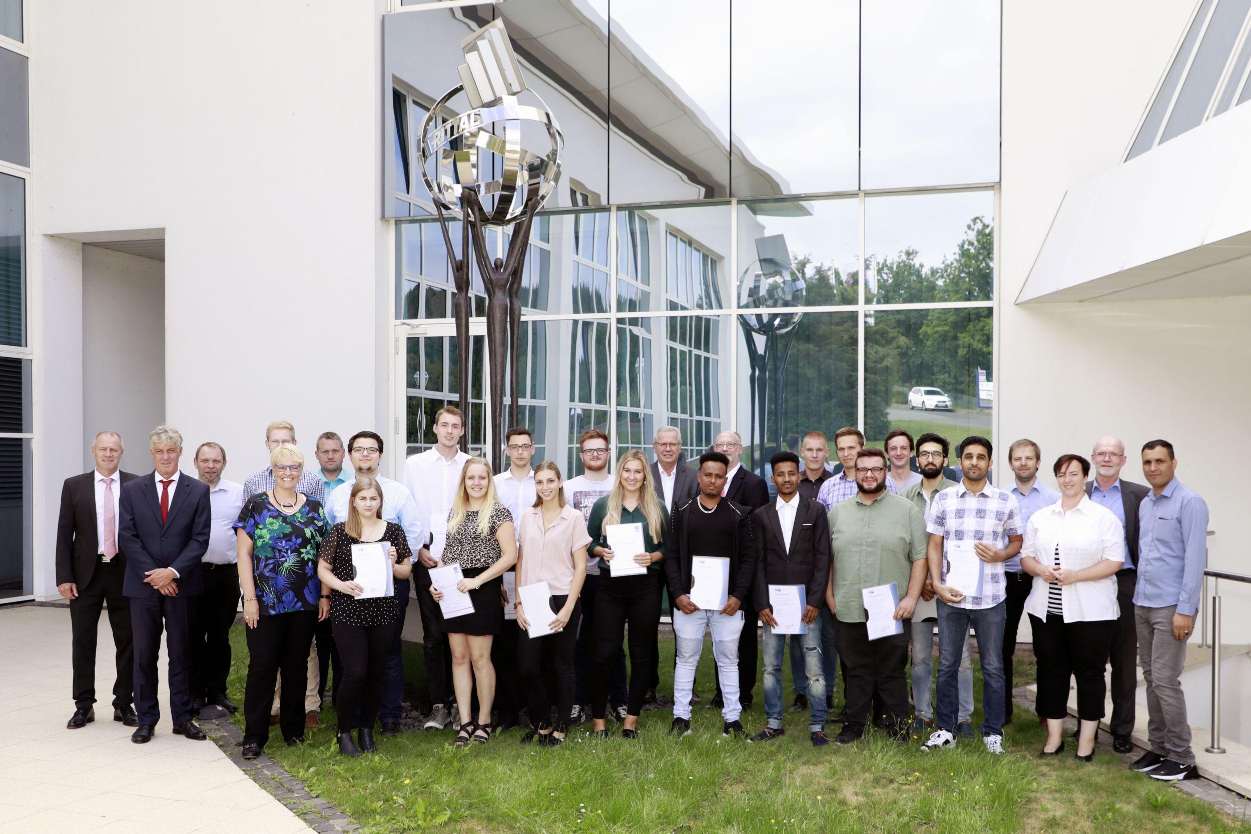 Auszubildende und Studierende der Friedhelm Loh Group erhalten Abschlusszeugnis