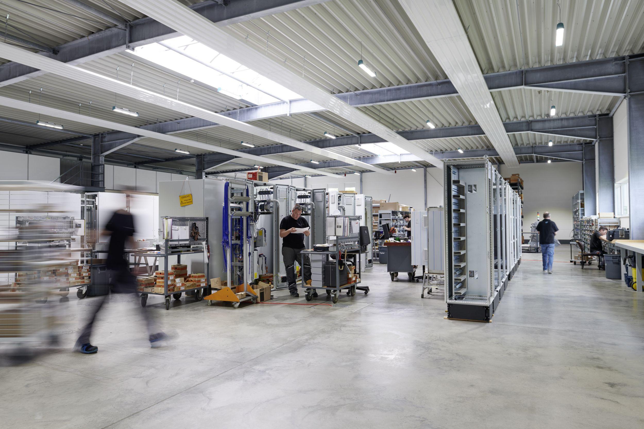 Der Steuerungs- und Schaltanlagenbauer hat mit durchgängigen Lösungen von der Software bis zur Fertigungsautomatisierung erhebliche Einsparungen erzielt. (Bild: Rittal GmbH & Co. KG)