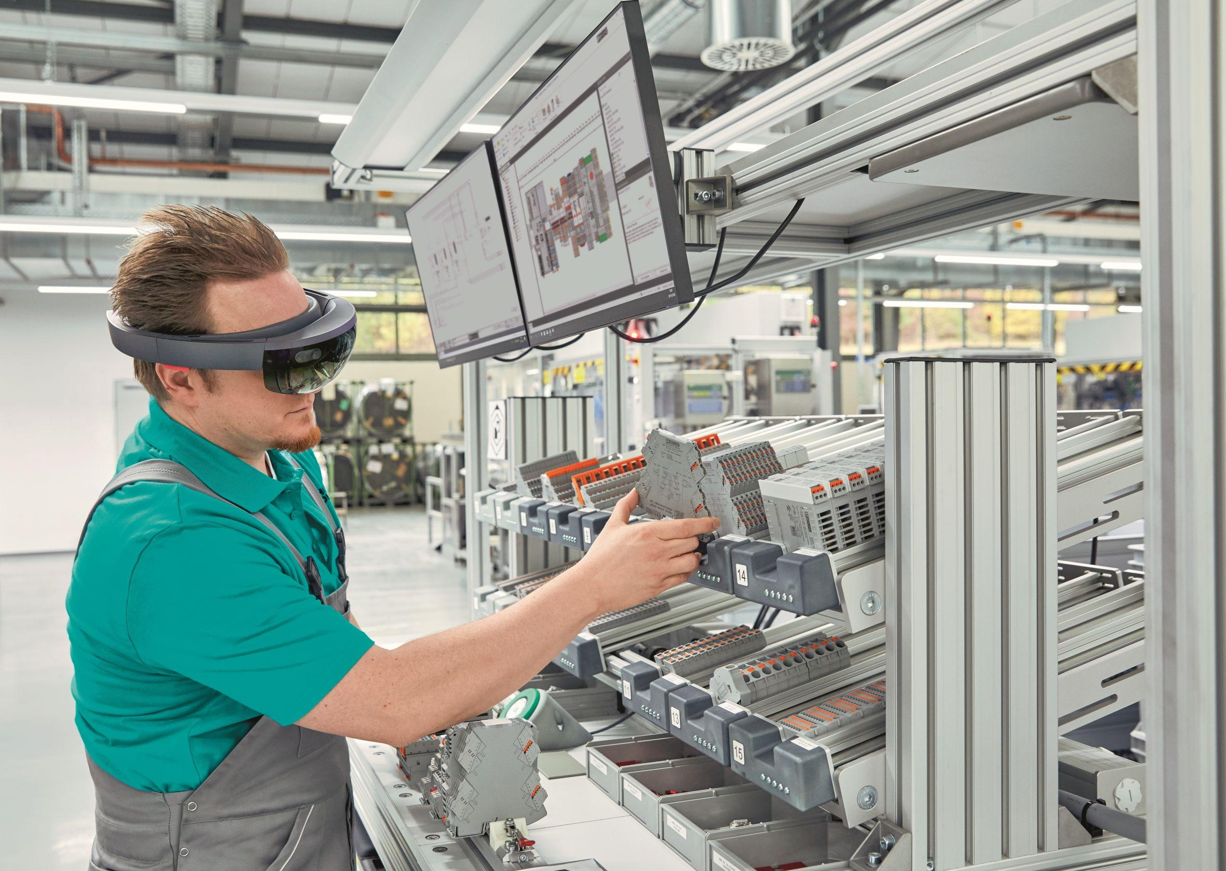 Die Zukunft des Schaltschrankbaus: Digital beschriebene Produkte und optimale Informationsbereitstellung steigern die Effizienz und verkürzen die Produktionszeiten. (Bild: Phoenix Contact Deutschland GmbH)