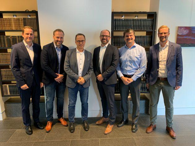 Freuten sich nach der Vertragsunterzeichnung über die zukünftige Zusammenarbeit: Thomas Kriete (Weidmüller), Lars Ulbricht (wallbe), Klaus Holterhoff (Weidmüller), Dr. Dominik Freund (wallbe), Jan Trense (enercity) und Ingo Krogmann (enercity) (v.l.n.r.) (Bild: Weidmüller Interface  GmbH & Co. KG)