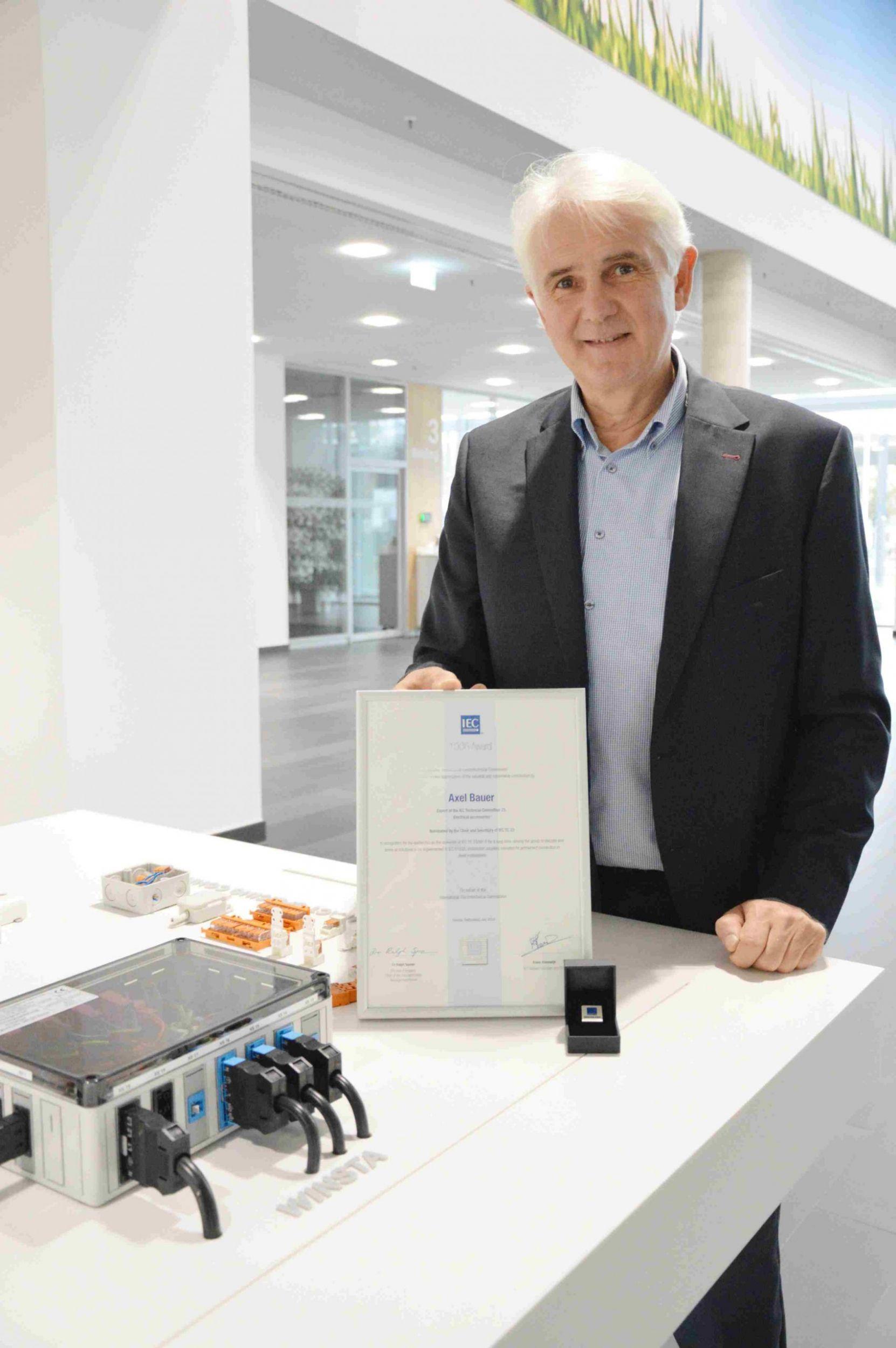 Normungsarbeit auf hohem Niveau: Axel Bauer erhält dritten IEC Award
