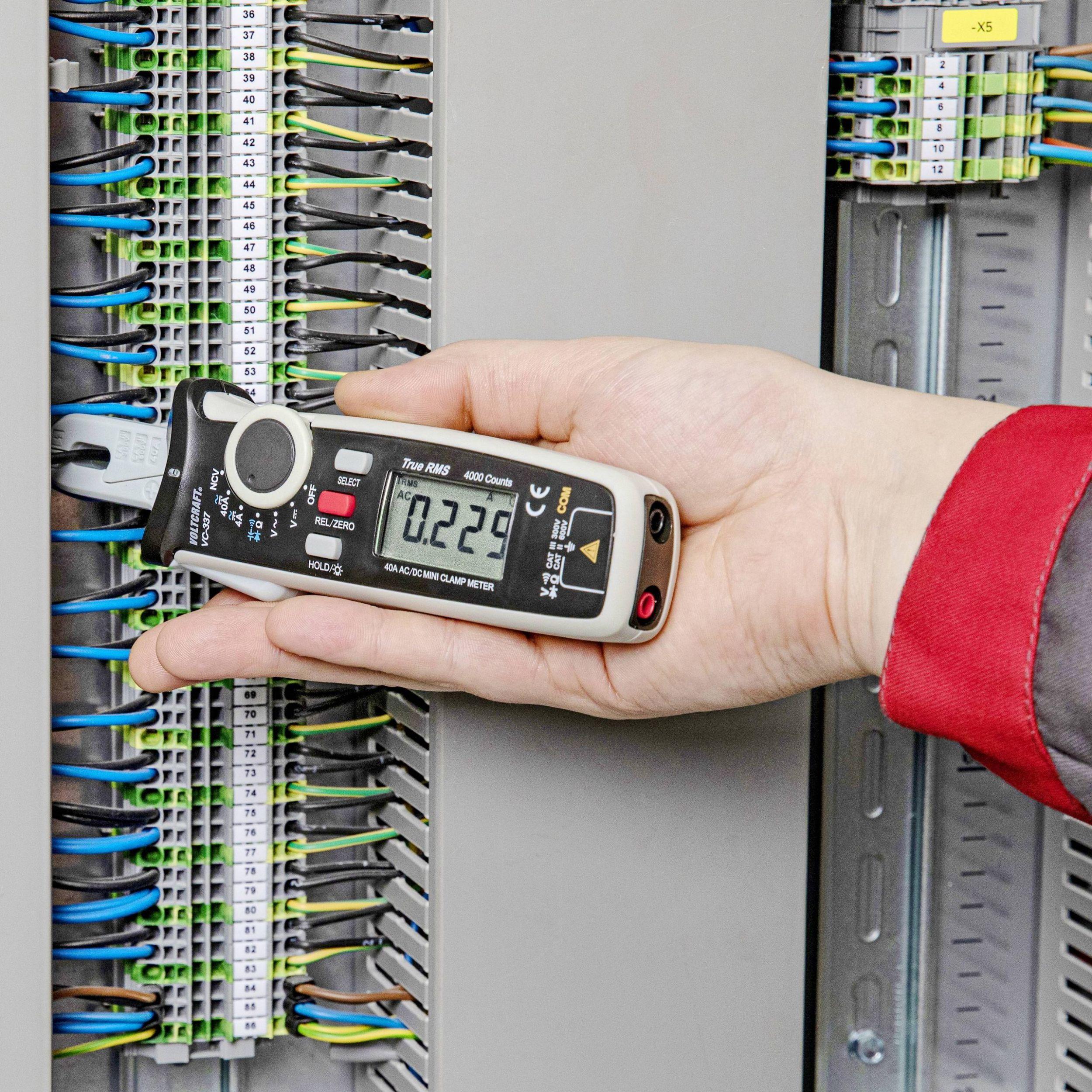 Die Stromzange Voltcraft VC-337 ist optimiert für Messungen in Schaltschränken mit Reihenklemmen und engen Kabelabständen. (Bild: Conrad Electronic SE/Voltcraft)