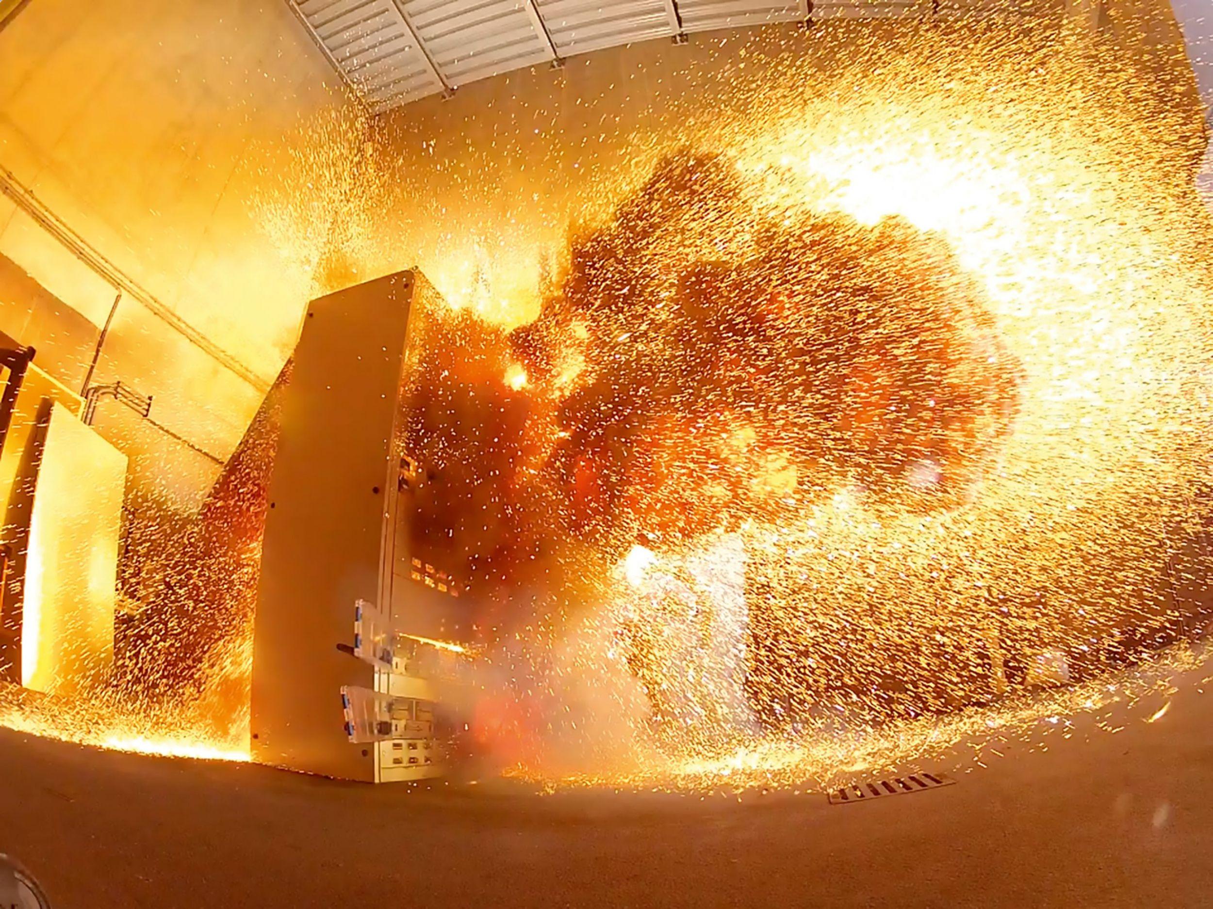 Ein Störlichtbogen ist ein nicht betriebsmäßiger Lichtbogen, der einer Explosion gleicht, innerhalb von Millisekunden eine sehr hohe Energie entwickeln kann und dadurch unter anderem hohe Temperatur- und Druckentwicklung erzeugt. (Bild: Hager Electro GmbH & Co. KG)