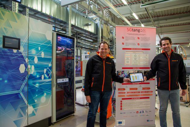 Daniel Behnke (l.) und Dr. Patrick-Benjamin Bök (r.) zeigen im IoT-Testbed bei Weidmüller die Ergebnisse des Projekts 5G-Tango. (Bild: Weidmüller Gruppe)