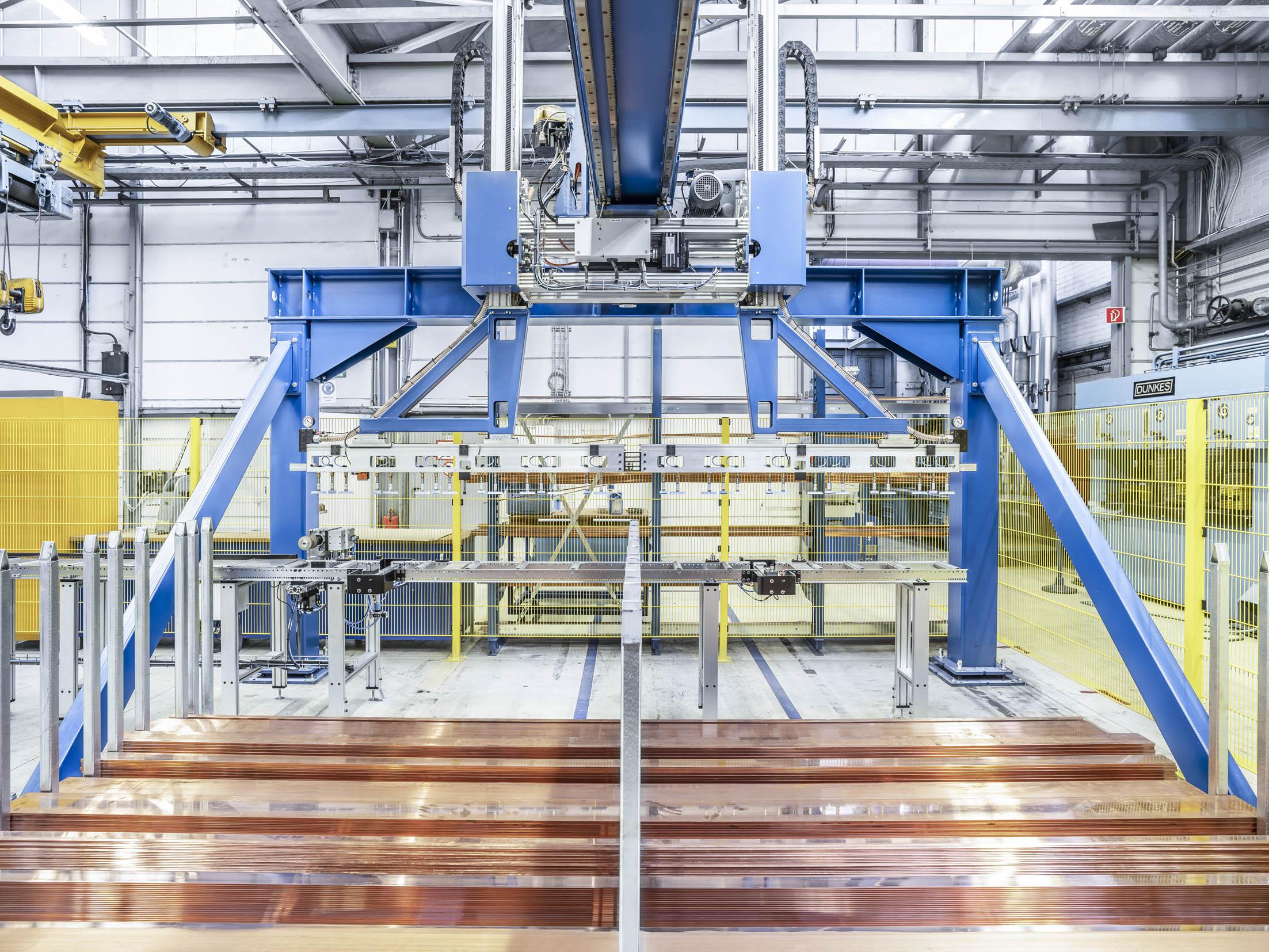 Das Gantry System ist der Kern der Automatisierung für die beiden autark arbeitenden Stanzmaschinen. Unter dem Portalkran gibt es zwei Lagerbereiche für je 40 to. Material unterschiedlicher Abmessungen. (Bild: Sedotec GmbH &Co. KG)