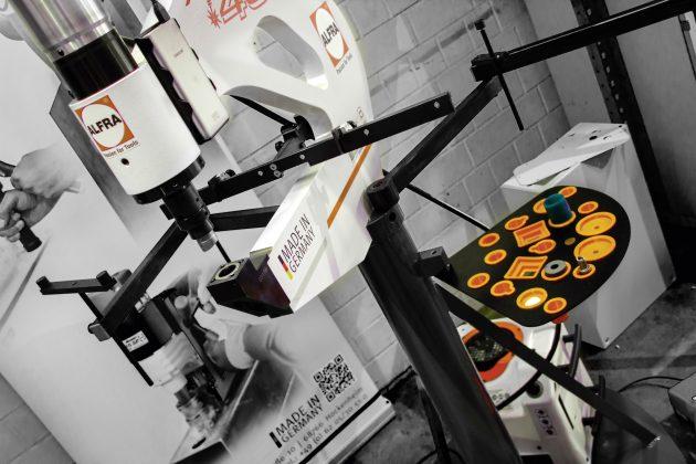 Die mit den AP 250 und AP 400 benutzten Blechlocher treffen mit 46kN auf das Material. (Bild: Alfra GmbH)