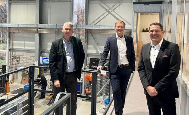 Michael Seifert (l.) und Lars Platzhoff (m.) heißen Stefan Royla herzlich in der SEIFERT-Gruppe willkommen (Bild: Seifert Systems GmbH)