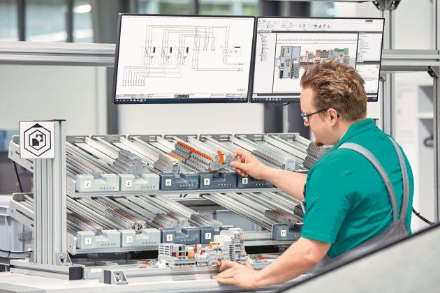 Digital unterstützter Arbeitsplatz: Auch bei hoher Auftragsvarianz ist die Arbeitsweise effizient. (Bild: Phoenix Contact Deutschland GmbH)