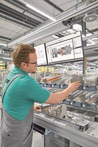 Ergonomie stets im Blick: Durch höhenverstellbare Arbeitsplätze sinkt die physische Arbeitsbelastung des Werkers deutlich. (Bild: Phoenix Contact Deutschland GmbH)