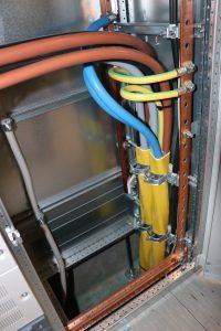 Wendig: Steigzonen, rechtwinklige Mauerdurchbrüche und enge Radien sind kein Problem für das CFW PowerCable. (Bild: CFW EMV-Consulting AG)