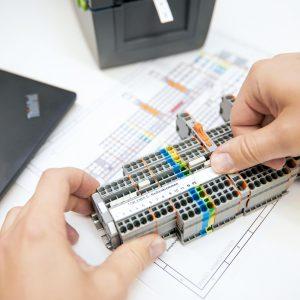 I Bei den Reihenklemmen Topjob S kann der Beschriftungsstreifen ohne Unterbrechung und in einem Arbeitsschritt über die gesamte Klemmenleiste aufgebracht werden. (Bild: Wago Kontakttechnik GmbH & Co. KG)