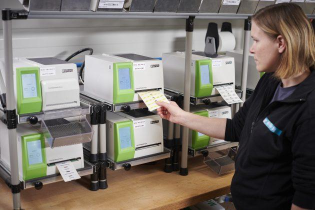 Etikettendrucker dienen der projektbezogenen Beschriftung zur Beschleunigung des Gesamtprozesses. (Bild: Rittal GmbH & Co. KG)