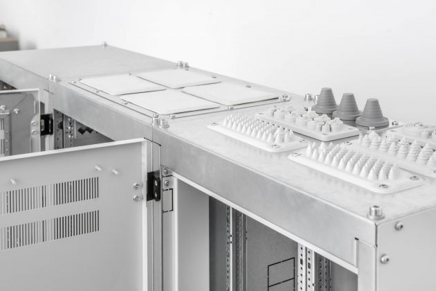 Bild 3   Vamocon 1250 verfügt über eine Vielfalt unterschiedlicher Kabeleinführungen für den einfachen und bis IP 54 dichten Anschluss der Anlage vor Ort.