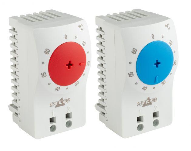 Bild 1   Klein-Thermostate von Stego - links im Bild: KTO 111 Öffner (NC) zur Regelung von Heizgeräten - mit rotem Temperatur-Einstellrad; rechts im Bild: KTS 111 Schließer (NO) zur Regelung von Kühlgeräten - mit blauem Temperatur-Einstellrad.