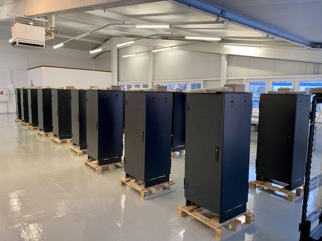 Bild 1 | In der neuen Fertigungshalle von FSIS werden die vormontierten Varistar Schränke mit den Schienenüberwachungssystemen 'befüllt'.