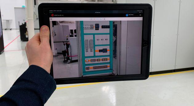 Bild 1 I Mit Eplan eView Free AR und der App Vuforia View von PTC können Prototypen eines Schaltschranks in die Produktionsumgebung projiziert werden.