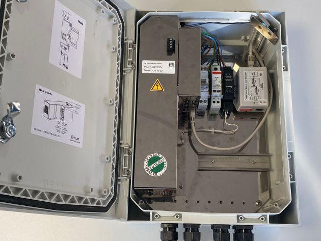 Die industriellen Outdoor-Gehäuse der Reihe Synaps bieten mit ihrem integrierten Switch eine Komplettlösung, um die Sicherheitsanforderungen von PoE-Anwendungen zu erfüllen.