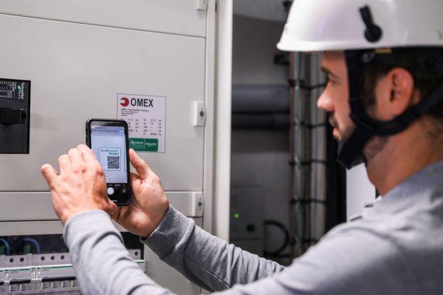 Bild 3   Anhand eines individuellen auf die Schaltanlage geklebten QR-Codes ist durch einfaches Scannen jederzeit der Zugriff auf die gesamte Dokumentation der Anlage möglich.