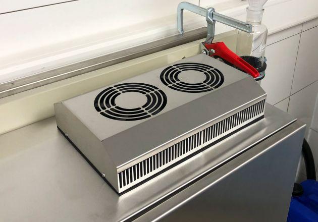 Das kompakte ELMEKO-Kühlgerät PK 150 funktioniert mit Peltiertechnik lageunabhängig, energiesparend und wartungsarm.