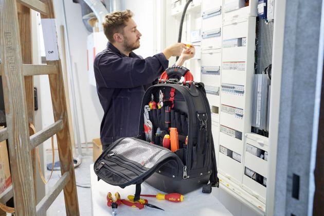 Kippsicherer Stand, spannungssicheres Profiwerkzeug - Elektroanwender sind mit dem Werkzeug-Rucksack Set L electric mit Grundausstattung optimal für mobile Einsätze ausgerüstet.