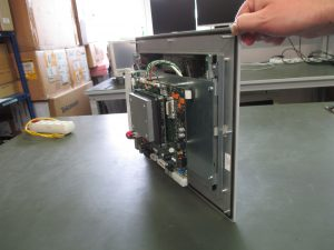 Abb. links: Basierend auf einem COM-Express-Modul und einem Carrier Board, verbessert die Plattform die Bedienung der Baureihe von Falzmaschinen. (Bild: Heidelberger Druckmaschinen AG)