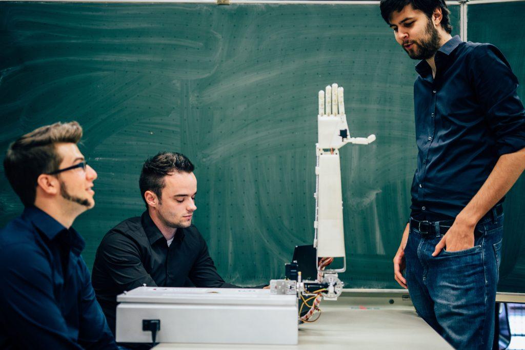 Projekt: Roboter lernt Gebärdensprache