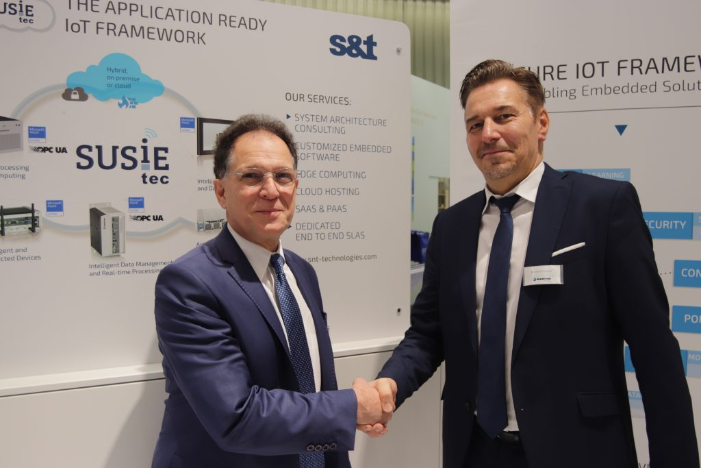 Auf der diesjährigen SPS IPC Drives gaben Bernhard Günthner (Geschäftsführer S&T Technologies) und Russel Agrusa (CEO Iconics) die Partnerschaft der Unternehmen bekannt. Bestens bewährte Scada-Funktionen werden nun in Verbindung mit SUSiEtec cloudfähig gemacht. (Bild: Kontron S&T AG)