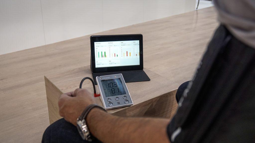Das Internet der Dinge hilft Ärzten und Patienten: Medizinische Geräte senden Vitaldaten zur Vorsorge und Regeluntersuchung per Mobilfunk an den Arzt. (Bild: Vodafone GmbH)