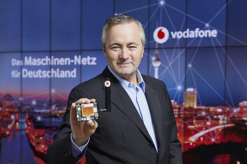 Vodafone-CEO Hannes Ametsreiter mit einem Multi-Sensor für das Internet der Dinge. Sensoren sind die Erkenner bei Kommunikationsprozessen im Netz. (Bild: Vodafone GmbH)