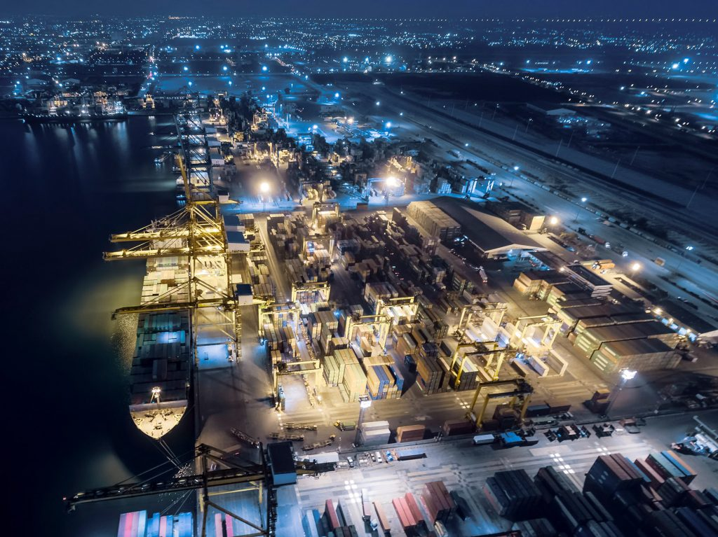 aerial view shipping dock have container ship and container at night . (Bild: ©anucha sirivisansuwan/gettyimages.de)