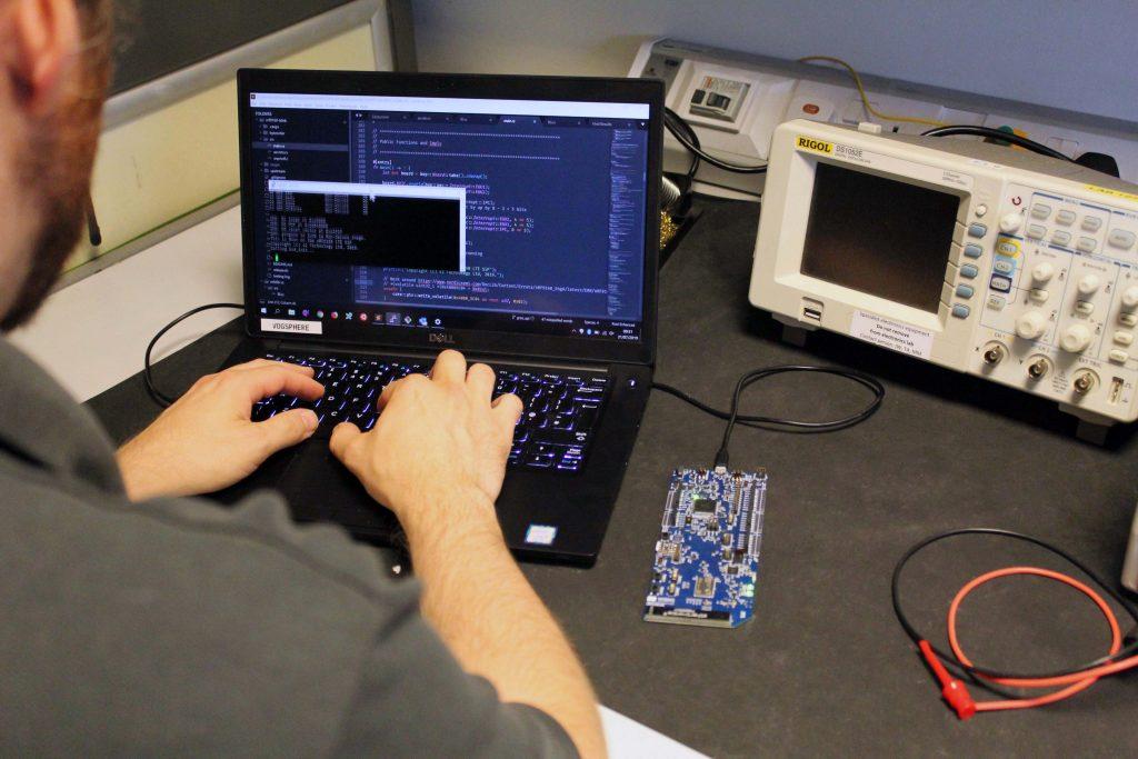 42 Technology's hauseigene Softwareentwicklungserfahrung umfasst die Entwicklung der weltweit ersten rostbasierten Single-Chip-IoT-Anwendung. (Bild: 42 Technology Limited)