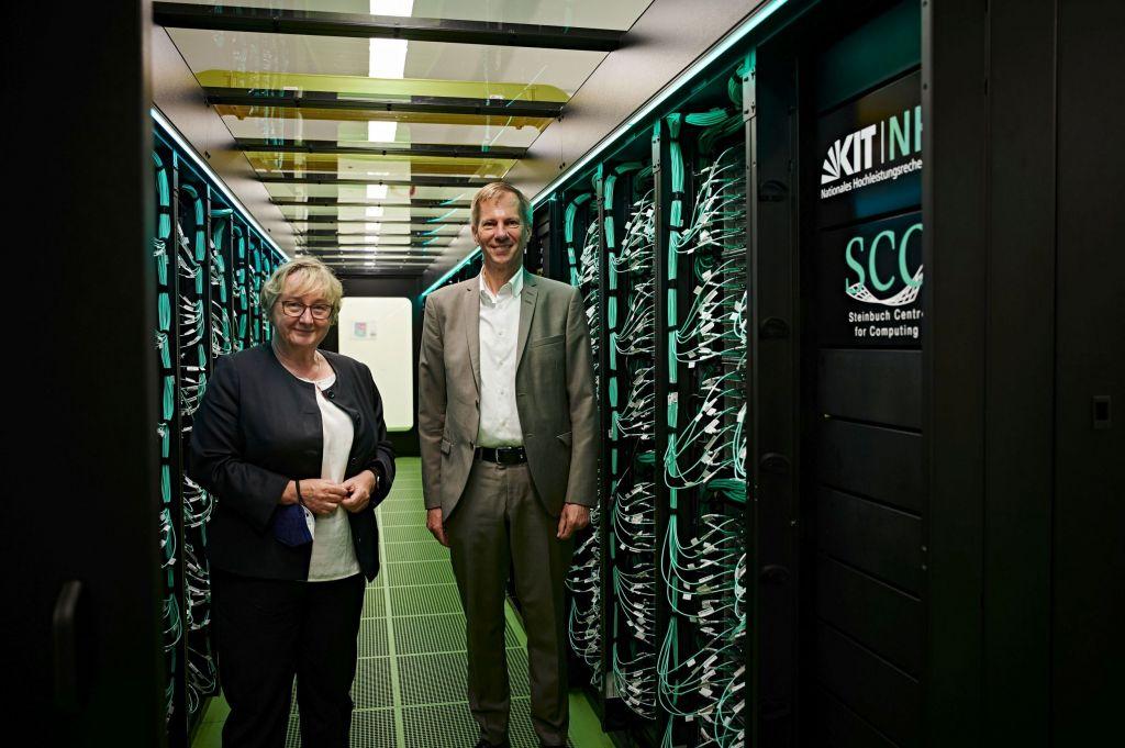 Ministerin Theresia Bauer und Vizepräsident Oliver Kraft bei der Einweihung des Supercomputers HoreKa am KIT.