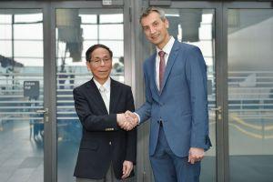 Fumihiko Kimura, Chairman der CLPA, und Karsten Schneider, Vorstandsvorsitzender von PI (Bild: CLPA Europe)