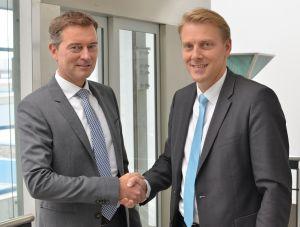 Lars Platzhoff, Geschäftsführer bei Pfannenberg mit Jan Lautenschläger, neuer Leiter Vertrieb Deutschland. (Bild: Pfannenberg Europe GmbH)