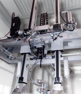 Das Zweiachsportal wurde nach Vorgaben aus Aluminiumprofilen und Profillinearachsen aus dem RK-Systembaukasten gefertigt. (Bild: Erlenbach Machines GmbH)