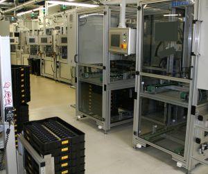 Die zu bearbeitenden Produkte werden als Traystapel mit elektrischen Liftwagen in die Palettierer eingebracht. (Bild: Hirata Engineering Europe GmbH)