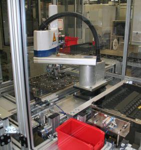 In der automatischen Entladestation arbeiten ein Palettierer und ein Scara-Roboter Modell AR-F 650. (Bild: Hirata Engineering Europe GmbH)