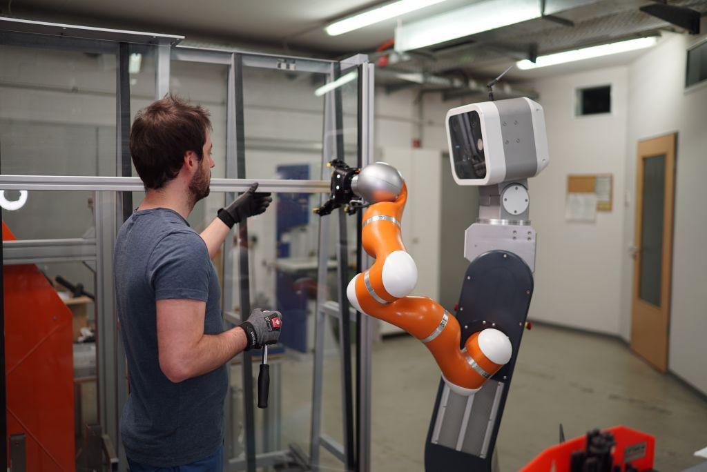 Cobot Annie bietet physische Assistenz bei der Montage unhandlicher Bauteile. (Bild: Fraunhofer-Institut IFF)