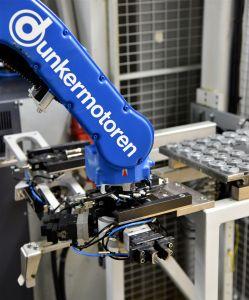 Automatischer Greiferwechsel: Hier wechselt der Yaskawa Sechsachser vollautomatisch zwischen den beiden Greifsystemen. (Bild: © Ralf Högel, Dunkermotoren GmbH)