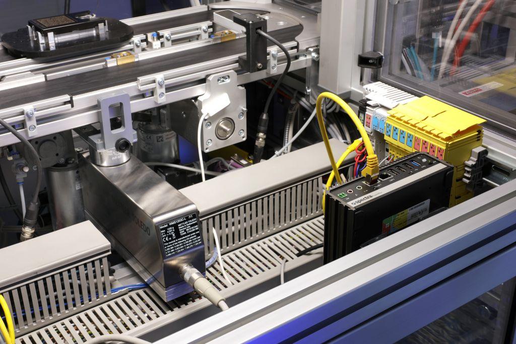 Ein Beispiel für den Einsatz von Edge Devices an der SmartFactory-KL-Industrie-4.0-Anlage findet sich am Wägemodul zur Qualitätssicherung. (Bild: SmartFactory-KL/A. Sell)