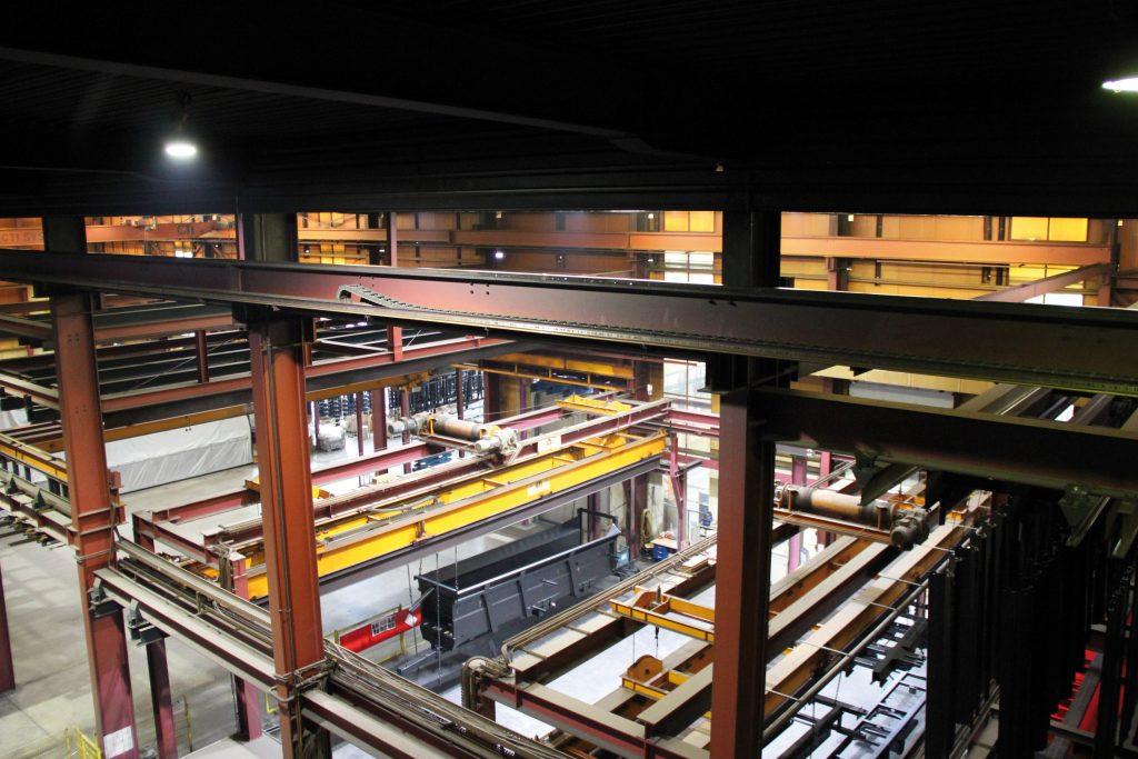 In der Spezialanlage für Lohnbeschichtung der Firma WOB-Wessling Oberflächenveredlung sind verschiedene Energieführungssysteme von Tsubaki Kabelschlepp verbaut, die der Hersteller im Rahmen seines Instandhaltungs-Service im jährlichen Turnus wartet. (Bild: Tsubaki Kabelschlepp GmbH)