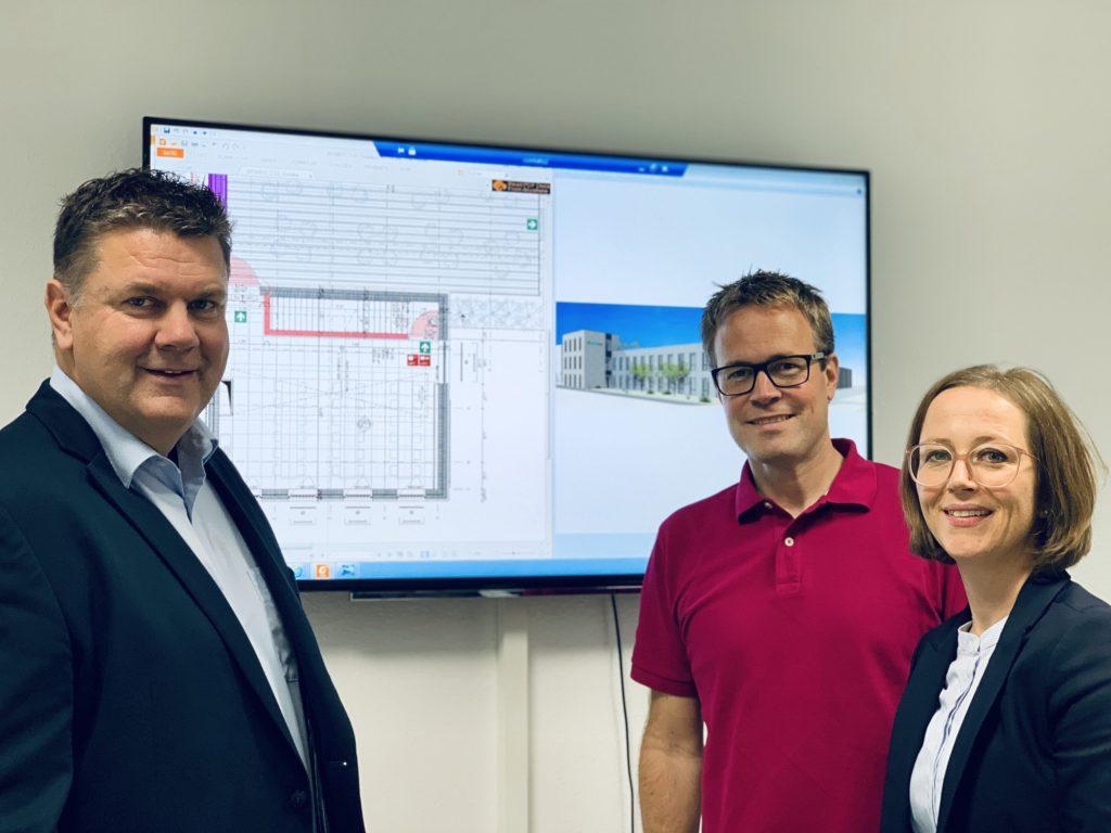 Conta-Clip-Chefin Bianca Klaß, mit dem Bauunternehmer und Projektleiter Stefan Baier (mitte) (Bild: Conta-Clip Verbindungstechnik GmbH)