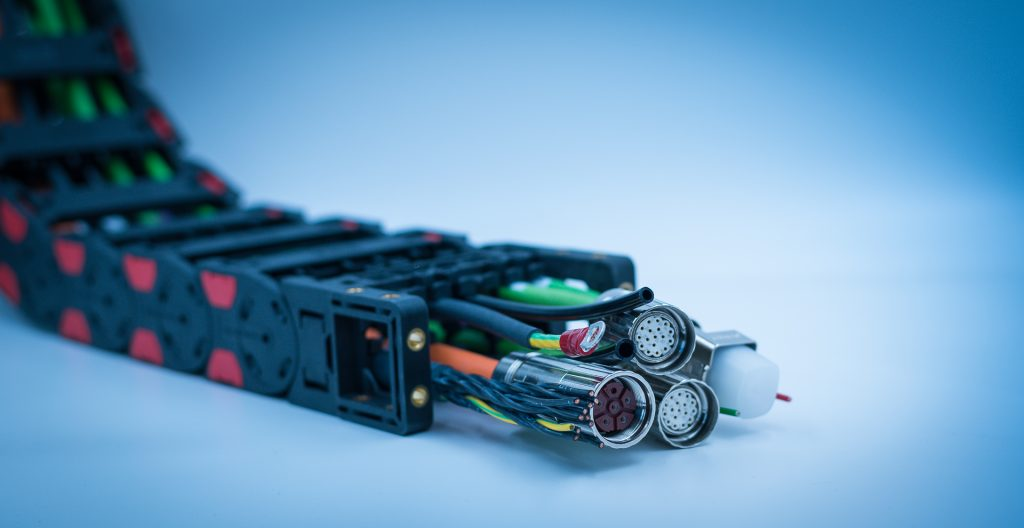Energieführungskette - immer dichter  bestückt. Häufig gibt es die dabei eingesetzten Spezialleitungen als Plug & Play-Komponenten. (Bild: TKD Kabel GmbH)