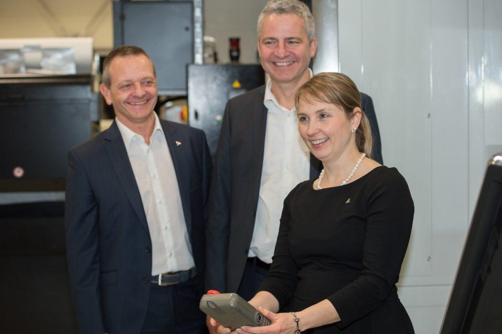 (v.l.n.r.): die beiden Geschäftsführer der Wittenstein AG Schweiz Gerhard Horn und Oliver Kössel sowie Vorstand Dr. Anna-Katharina Wittenstein bei der Einweihung der neuen Produktionshalle