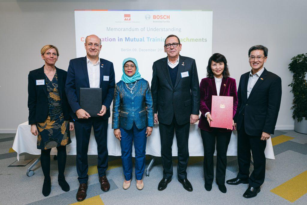 Präsidentin Halimah Yacob mit Vertretern von Bosch, Bosch Rexroth und des Institute of Technical Education