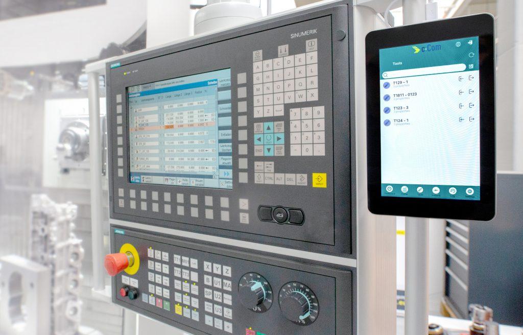 Mit c-Connect und der dazugehörigen Box hat c-Com eine einfache Lösung entwickelt, um Messdaten direkt vom Einstellgerät an die Maschine zu übertragen. Sie wird direkt an der Maschine angebracht.