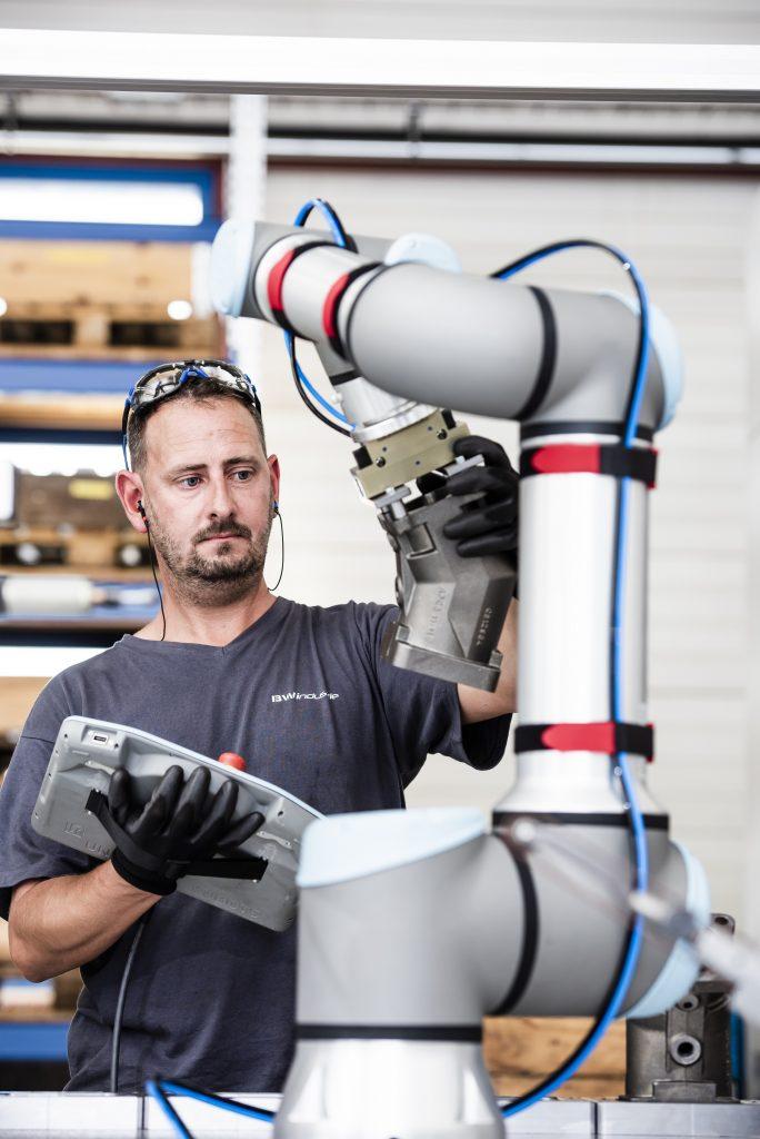 Die intuitive Benutzeroberfläche des Teachpanels mit 3D-Visualisierung ermöglicht es auch einem ungeschulten Anwender, den Roboter in weniger als einer Stunde in Betrieb zu nehmen.