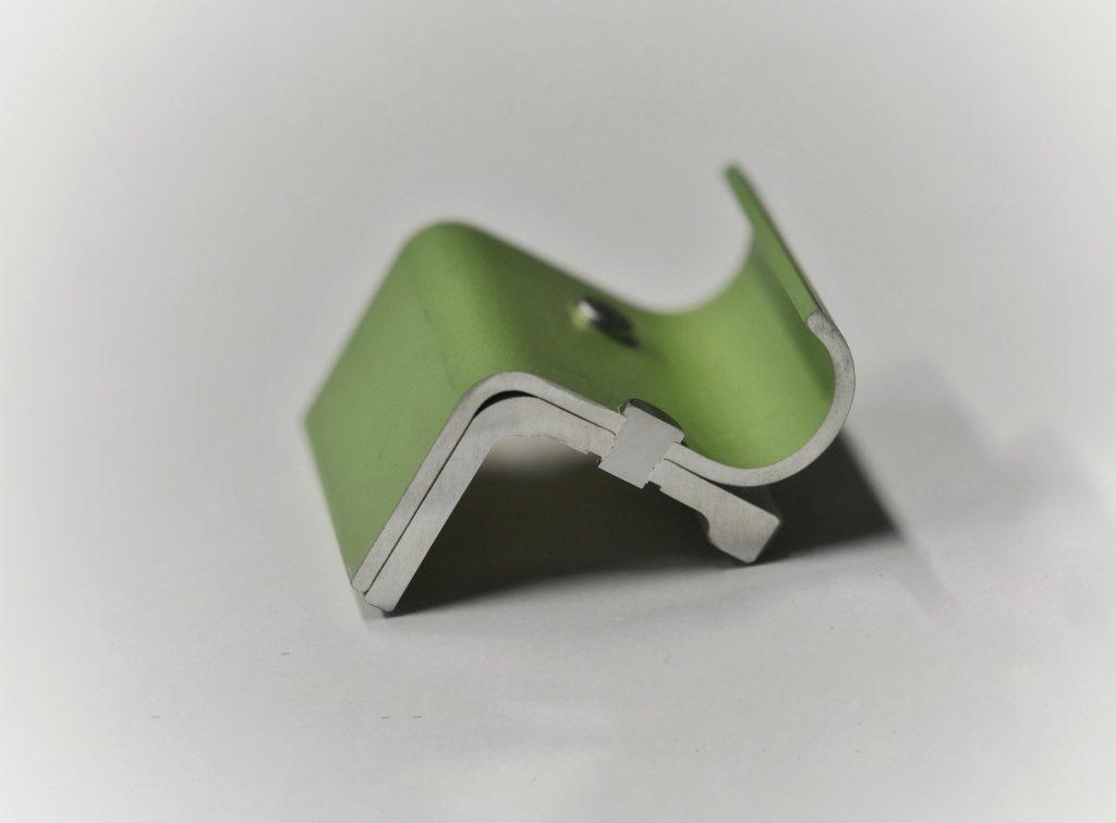 Der Schnitt durch den Niet zeigt die fertige Vollstanznietverbindung einer Stringer-Kupplung.