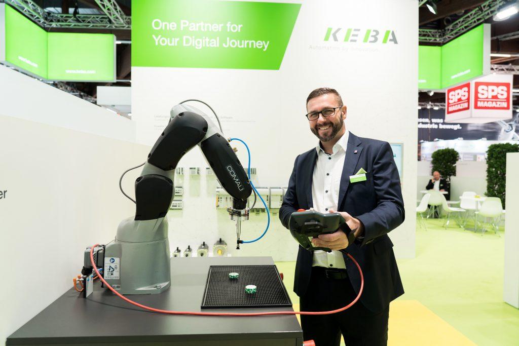 Frank Loew, Key Account Manager bei Keba, demonstriert das  Zweizonen-Sicherheitskonzept des Roboter-Showcases.